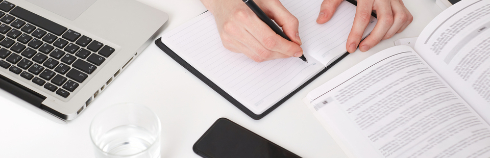 Computadora y niña escribiendo